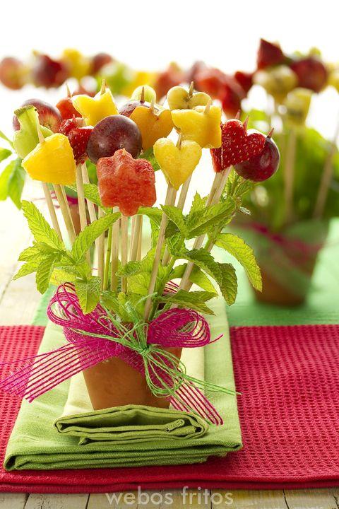 Pinchitos de frutas con formas de flores. #fruit #flowers