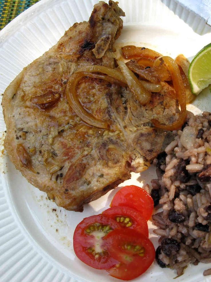 Cuban Chuletas de puerco, Moros y Cristianos, Ensalada de aguacate y mango.