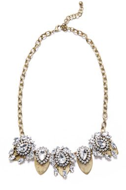 This statement necklace features a chunky chain suspending faceted diamante details