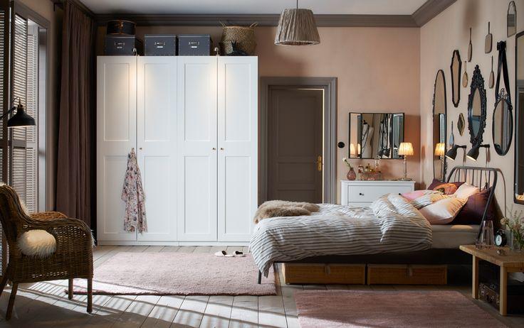 Traditionelt soveværelse i lys pink og lysegrå med 2 hvide garderobeskabe ved siden af hinanden.