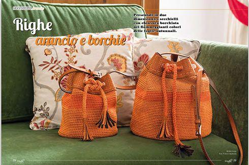 Presentati in due dimensioni, i secchielli con chiusure borchiata nei fiammeggianti colori delle foglie autunnali