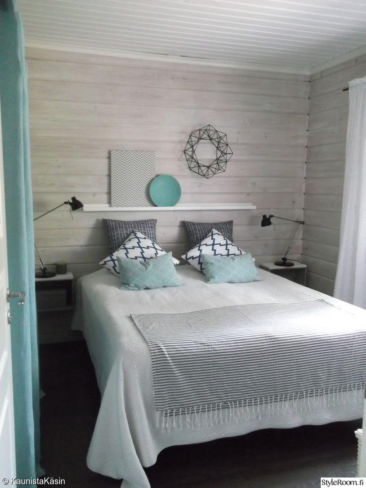 makuuhuone,makuuhuoneen tekstiilit,pillikranssi,itsetehdyt yöpöydät,vaatehuoneen verho,säädettävät lukuvalot,selkeä,makuuhuoneen sisustus,turkoosi,tauluhylly