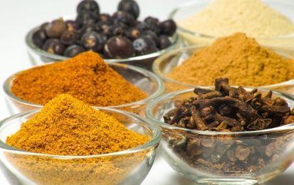 Curry: proprietà, benefici e controindicazioni - Il curry ha diversi benefici e proprietà benefiche. Le controindicazioni, invece, sono poche.