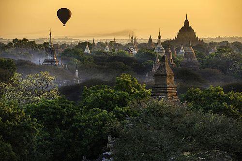 Myanmar (Birmanie), division de Mandalay, Bagan, survol de l'ancienne capitale historique par les ballons de Balloons over Bagan, temple de Sulamani  Date prise de vue : 06/12/2012 Crédit : DOZIER Marc / hemis.fr