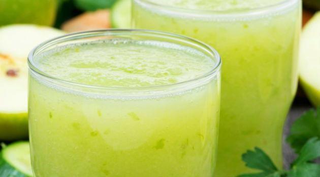 Suco detox de limão leva menta, gengibre e chá verde, que além de emagrecer ataca a celulite