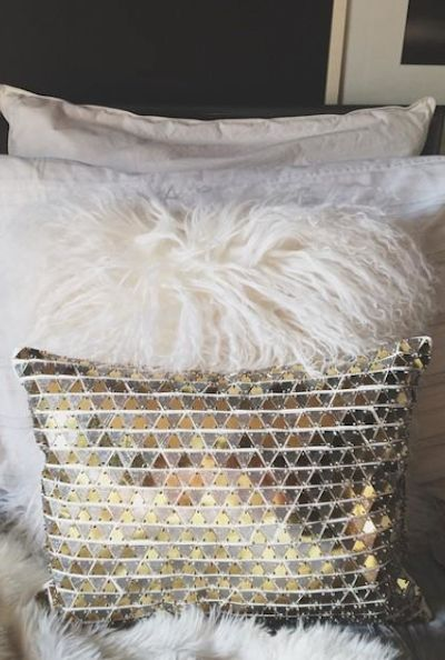 gold accent pillow http://rstyle.me/n/rjwthr9te