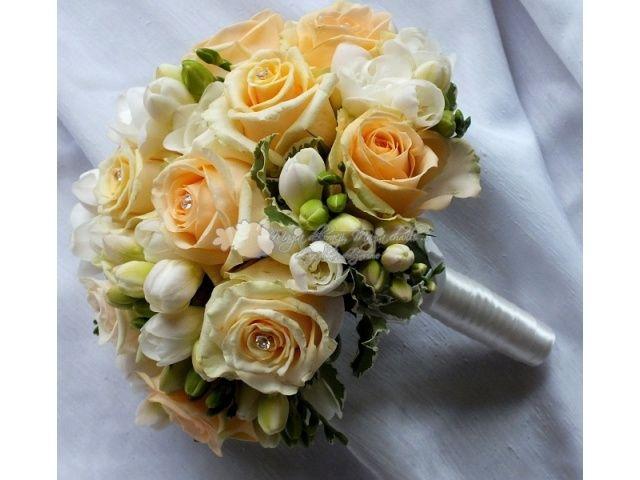 Znalezione obrazy dla zapytania herbaciane róże bukiet ślubny