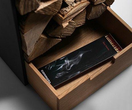Funkcjonalna szuflada w nowoczesnym regale na drewno kominkowe umożliwia przechowanie niezbędnych akcesoriów.