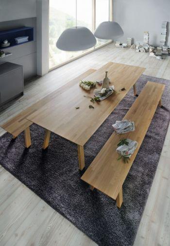 Velký stůl v provedení světlé dřevo společně s lavicemi dotváří útulné prostředí designové kuchyně.