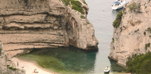 The home of Sailing in Croatia: Things to see and do - Uvala Stiniva, Vis    http://www.c-iyc.com/CIYC/Previous_Articles_of_the_week_2013/Entries/2013/2/10_Things_to_see_and_do__Uvala_Stiniva,_Vis.html#