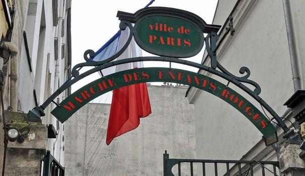 Le plus vieux marché de Paris     Construit au XVIIe siècle, au coeur du 3e arrondissement, le Marché des Enfants Rouges est le plus vieux marché de Paris. A l'origine, il était destiné à approvisionner le Marais. Le nom Enfants Rouges vient de la proximité de l'Hospice des Enfants Rouges, baptisé ainsi en référence à la couleur des uniformes des enfants.