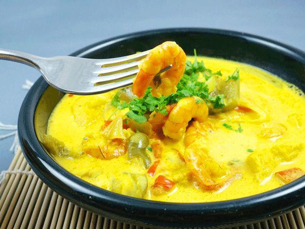 Probiert doch mal eine Moqueca de Peixe aus. Dieser brasilianische Meeresfrüchte-Eintopf wird mit Reis serviert und beinhaltet frische Garnelen und weißen Fisch.