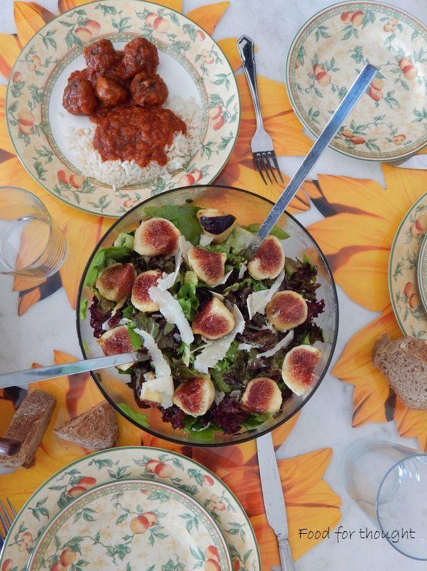 Πράσινη σαλάτα με σύκα. Κεφτεδάκια με κόκκινη σάλτσα και ρύζι.  Οι συνταγές στο αρχείο του μπλόγκ.  http://laxtaristessyntages.blogspot.gr/