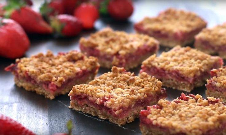 Barres croustillantes à la rhubarbe et à la fraise, y'a pas un meilleur temps de l'année pour en profiter!