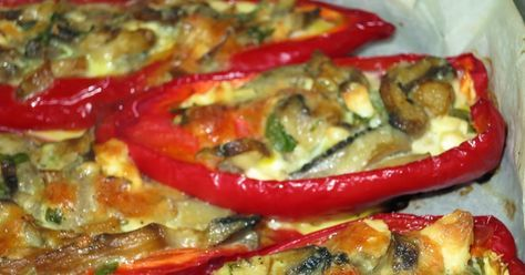 Πιπεριές Φλωρίνης με μανιτάρια και τυριά!   Μοσχοβολάει η κουζίνα βγαζοντάς τες από το φούρνο.   Λατρεύω τις κόκκινες πιπεριές σ...