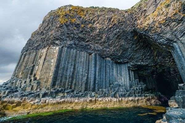 Versteckt auf einer unbewohnten Insel in den Inneren Hebriden, befindet sich die Meereshöhle Fingal'... - Andrea Obzerova / 123RF