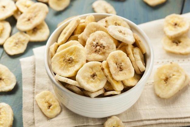 Ломтики овощей и фруктов для домашних чипсов следует нарезать очень тонко. Лучше всего это делать с помощью специальной терки. Прежде чем выложить заготовки на противень, застелите ее пергаментной бумагой.