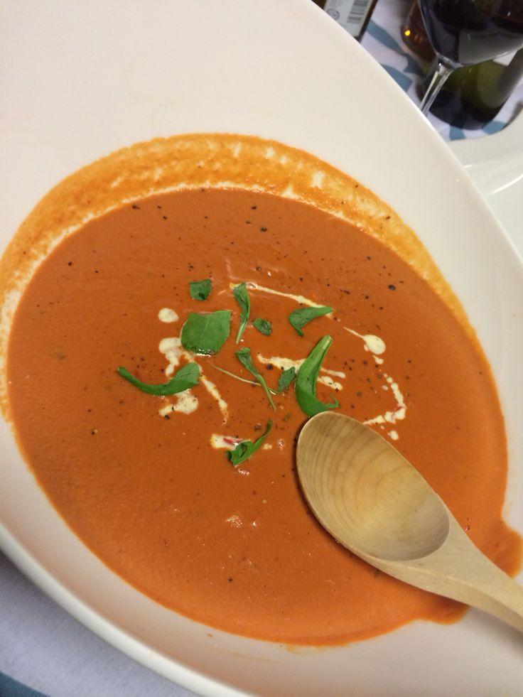Alkuräjähdys, tomaattikeitto, kermainen tomaattikeitto, vahvasti chilillä maustettu tomaattikeitto. Se on alkuräjähdys.