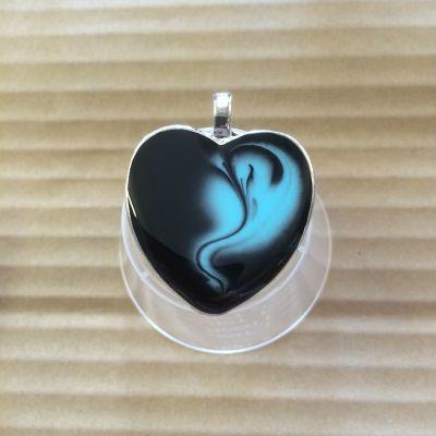 Smycke av resin. Det nya konst / coating epoxi-resin är perfekt för smyckestillverkning. Även mycket lätt att färga in med färg till resin eller akrylfärger som tex Patio Paint
