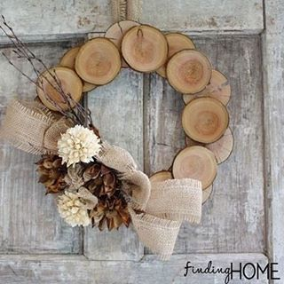 Can you believe this beautifully rustic #wreath is made out of wood chips?! - tutorial, link in profile ( via @findinghomefarm) #diytotry