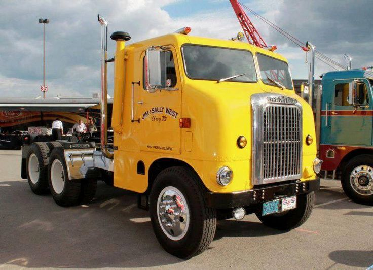 This sleek '57 #Freightliner Bubblenose Sleeper was one of the last trucks of its kind made. Thanks to Rat & Rod Brasil for sharing! #tbt