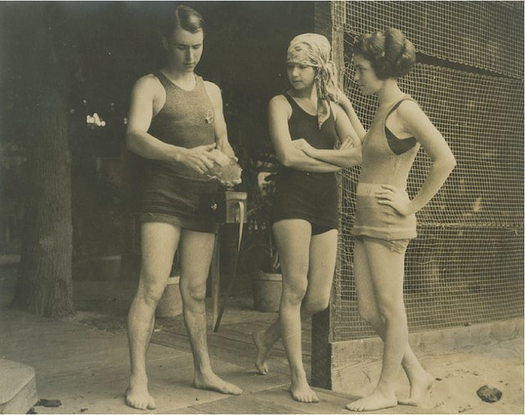 Photo of Andre de la Varre with The Waldron Sisters at the Outrigger Canoe ClubWaikiki Beach, 1923.