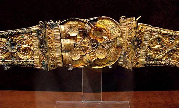 Золотые пояса с камнями и вставками эмали конец 3-начало 2 в. до. Н.Э. Археологический музей Афин.