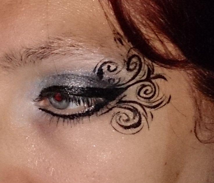 Eyedesign met swirls, hiervoor zilveren make up gebruikt van een Sleek (Toxic) palette en een beetje zwart. De lijnen gemaakt met Diamond FX zwart