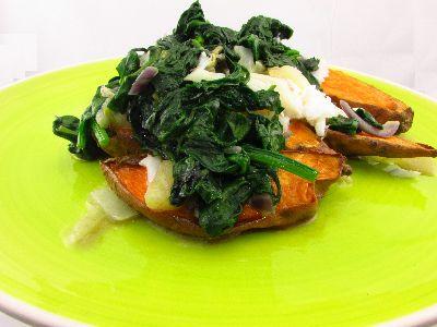Voedselzandloper: Gepofte zoete aardappel met gemengde wilde spinazie en kabeljauw