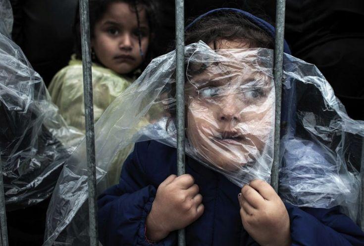 Matic Zorman, Slovenia, 2015, Waiting to Register    Dziecko w płaszczu przeciwdeszczowym czeka na rejestrację uchodźców w obozie Preševo, w Serbii, w październiku 2015. Zdjęcie zdobyło 1. Nagrodę w kategorii People.