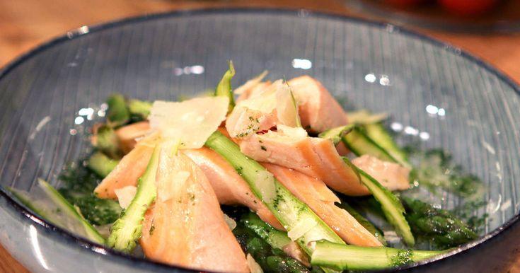 Pocherad lax är både enkelt, snabblagat och riktigt gott. Risotton får en frisk ton av citronskalet och passar perfekt med laxen och den gröna sparrisen.