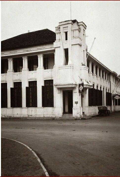 Gebouw met kantoren van de Koninklijke Paketvaart Maatschappij (KPM), Java-China-Japan Lijn (JCJL) en de Koninklijke Nederlandsch-Indische Luchtvaartmaatschappij (KNILM). Semarang. Circa 1913
