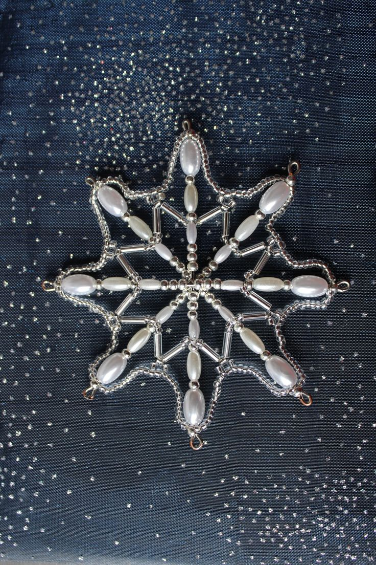 Vánoční+hvězda+-+č.215+Originální+osmicípá+vánoční+hvězdička+na+pevné+drátěné+konstrukci+o+průměru+cca+9,5cm+s+očky+na+zavěšení.+Vánoční+hvězdička+je+vyrobena+z+plastových,+kovových+a+skleněných+korálků,+broušených+korálků,+perliček+a+rokajlu.+K+dispozici+je+pouze+1+kus.+Symbolika+barev:+Stříbrná+barva+symbolizuje+hojnost,+romantiku,+naději+ale+také...