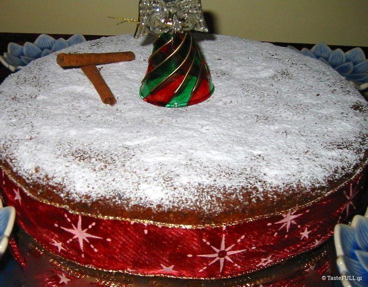 ΒΑΣΙΛΟΠΙΤΑ ΜΕ ΞΕΡΑ ΦΡΟΥΤΑ                    Μας την έκανε  ο Στέλιος Παρλιάρος τα Χριστούγεννα του 2008 και δοκίμασα την συνταγή του. Την έφτιαξα τέσσερις φορές και μοίρασα στους φίλους μου. Σε μεγάλο τσέρκι για το σπίτι, σε μικρά φορμάκια για τα δώρα. Τύλιξα γύρω γύρω κόκκινη κορδέλα, έβαλα τα μικρά κεκάκια σε διάφανα σακουλάκια και τα έδωσα από καρδιάς. Θυμάμαι …