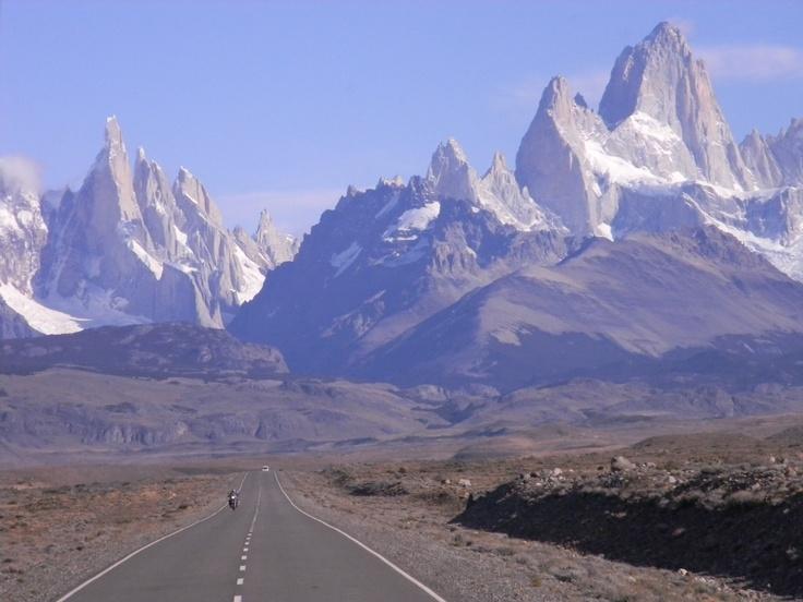 vista desde la ruta llegando a El Chalten. Conjunto de Cerros. Fitz Roy y Torre. Patagonia Argentina