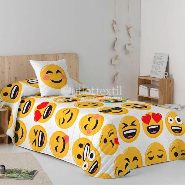 Colcha Bouti ILY Emoji. Graciosa colcha ideal para tus hijos porque lleva estampados los emojis más graciosos y comunes. Combínala con los muchos artículos que puedes encontrar en la línea Emoji.