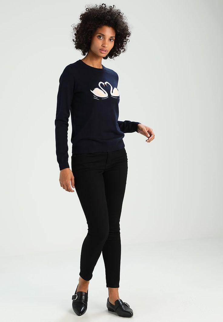 ¡Consigue este tipo de jersey de punto de Oasis ahora! Haz clic para ver los detalles. Envíos gratis a toda España. Oasis KISSING SWAN EMBROIDERED KNIT Jersey de punto navy: Oasis KISSING SWAN EMBROIDERED KNIT Jersey de punto navy Ropa   | Material exterior: 61% algodón, 39% viscosa | Ropa ¡Haz tu pedido   y disfruta de gastos de enví-o gratuitos! (jersey de punto, pullover, lana, knitted, cotton, knit, knits, stitch, cashmere, knitwear, strickpullover, jersey tejido, jersey au tricot, ...
