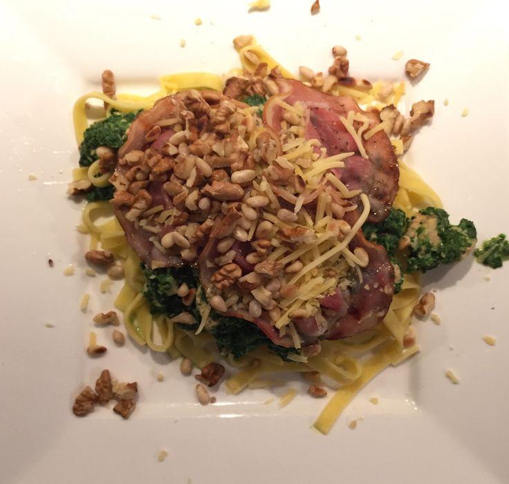 Vitamientjes! Verse tagliatelle met spinazie, knoflook, zalmblokjes, gegrilde bacon, geroosterde pijnboompitjes, walnoten en geraspte kaas.