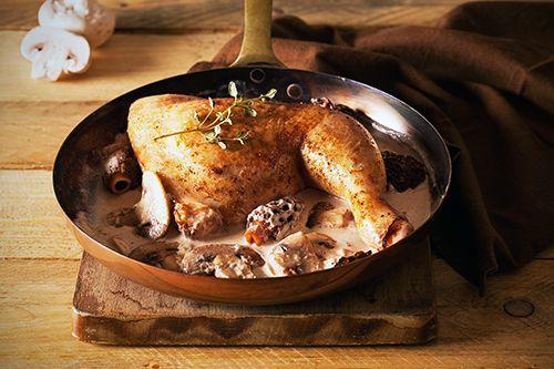 POULET AUX MORILLES (Pour 4 P : 1 poulet de Bresse d'1,3 kilo, 40 g de beurre, 1 oignon, 400 g de champignons de Paris, 300 g de morilles, 2 verres de vin blanc sec, 8 c à s de bouillon de volaille ou de fond de volaille déshydraté, 30 cl de crème fraîche)