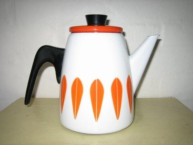 Cathrineholm Lotus retro enamel coffee pot. #Cathrineholm #Lotus #Prytz #Kittelsen #kitchenware #coffee #enamel #retro #emalje #kaffekande. SOLGT.