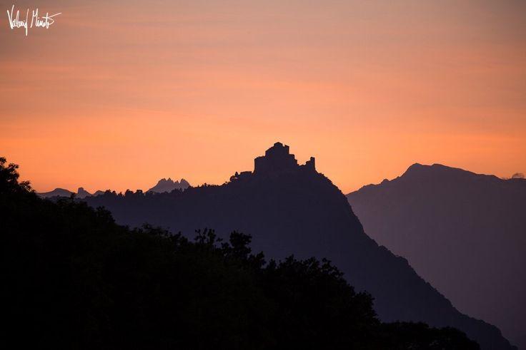 Tra Avigliana e Rosta ieri sera si poteva assistere a questo spettacolo che ci viene proposto dal fotografo Valerio Minato: il calar della Luna dietro le Alpi