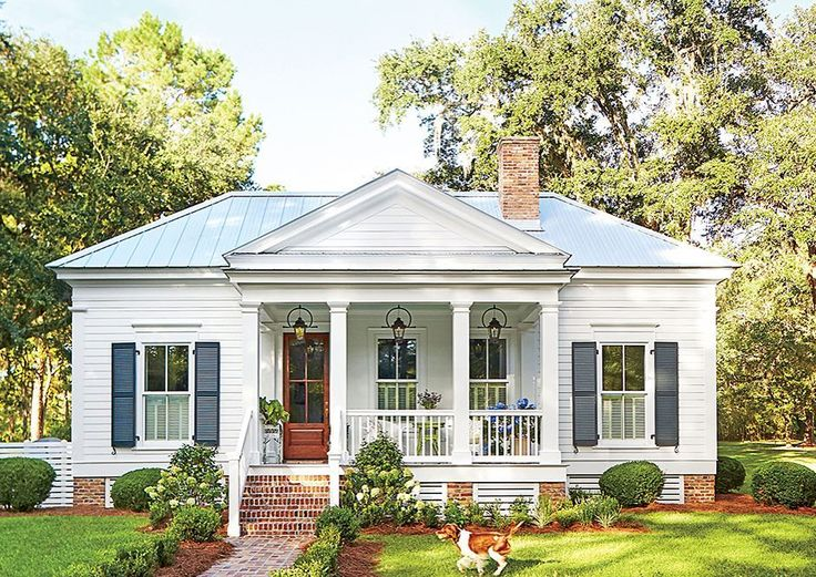 This Florida cottage is an instant classic. Follow the link in our profile to tour every swoon-worthy room.  #SLHomes
