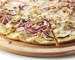 Pizza au thon, oignons rouges et mozzarella : http://www.cuisineaz.com/recettes/pizza-au-thon-oignons-rouges-et-mozzarella-83344.aspx