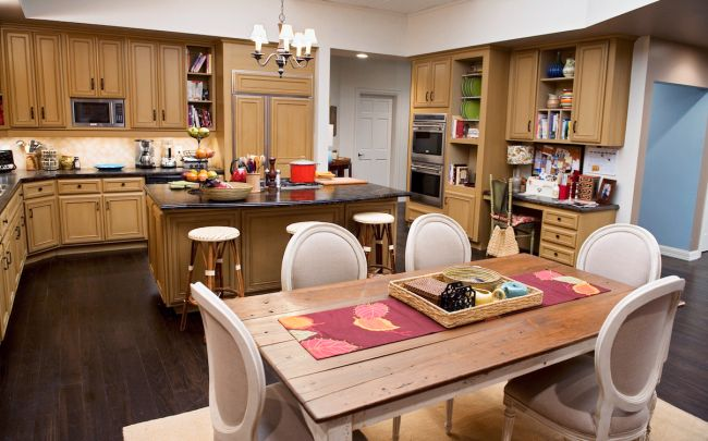 Tv kitchens to love modern family to be modern and tvs for Modern family dunphy house decor