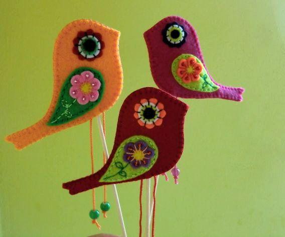 Ptáček - zápich Ptáček je ručně ušitý z barevné plsti, vyšitý bavlnkami a ozdobený rokajlem a skleněnými korálky. Velikost tělíčka: +- 10 x 7 cm Délka nožiček: 7 - 8 cm Délka dekorace včetně špejle (součástí výrobku): +- 30 cm Uvedená cena je za 1 ks. Mohu vyrobit v různých barvách a množství.