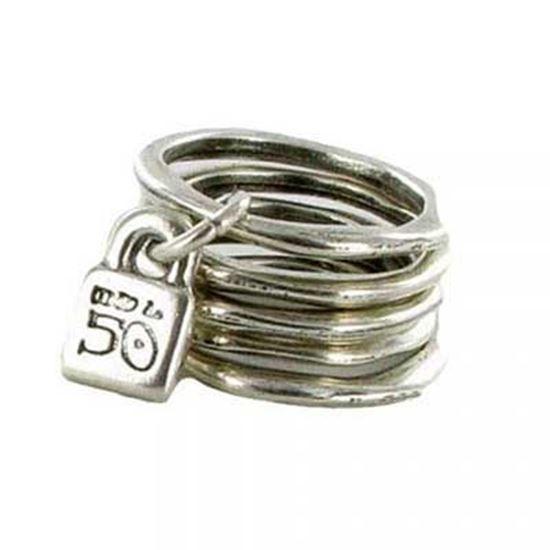 Anello multiplo in metallo argentato formato da sei fedine separabili, una con ciondolo lucchetto, simbolo di UNO de 50. Realizzato artigianalmente in Spagna.