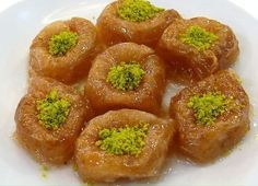 Geleneksel tatlılarımızdan biri olan bülbül yuvası, adını ortası hafif çukurca olmasından alır. Bu çukur kısmına toz halinde Antep fıstığı ya da ceviz içi