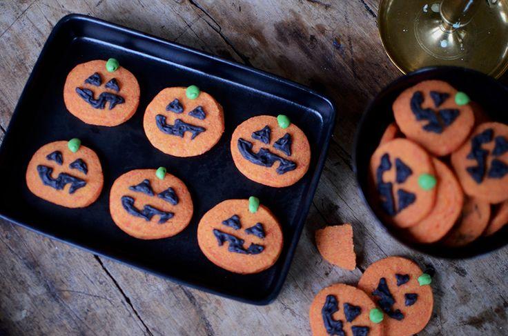 Det som är så härligt med mördegskakor är att det är den perfekta kakan att pyssla med. Som här – mördegskakor som orangea halloweenpumpor. Plus att mördegskakor verkligen ärenkla att baka.  I...