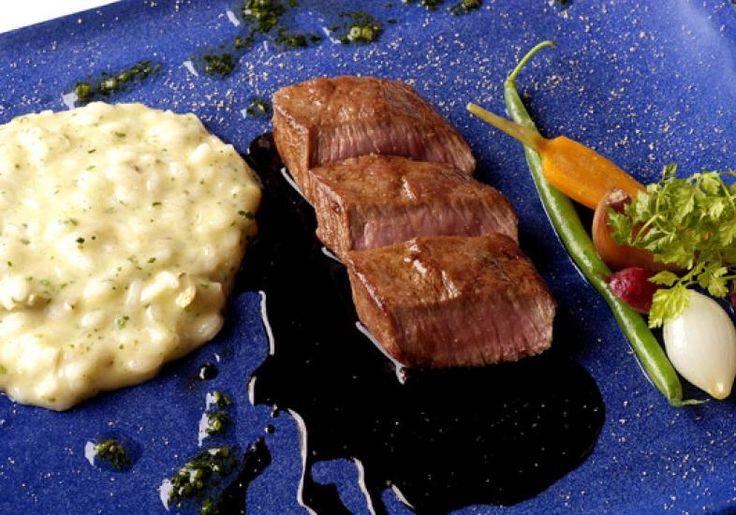 "O risoto de alcachofra, além de sofisticado, é delicioso e complementa o sabor do cordeiro. <a href=""http://mdemulher.abril.com.br/culinaria/receitas/receita-de-lombo-cordeiro-risoto-alcachofra-693037.shtml"" target=""_blank"">Confira a receita</a>"