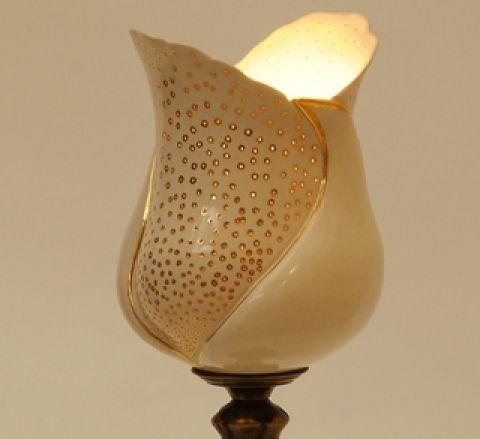 DiosGabiKeramia terméke. Elegáns, polgári jelleget idéző porcelán lámpa réz talppal, kézi arany festéssel.